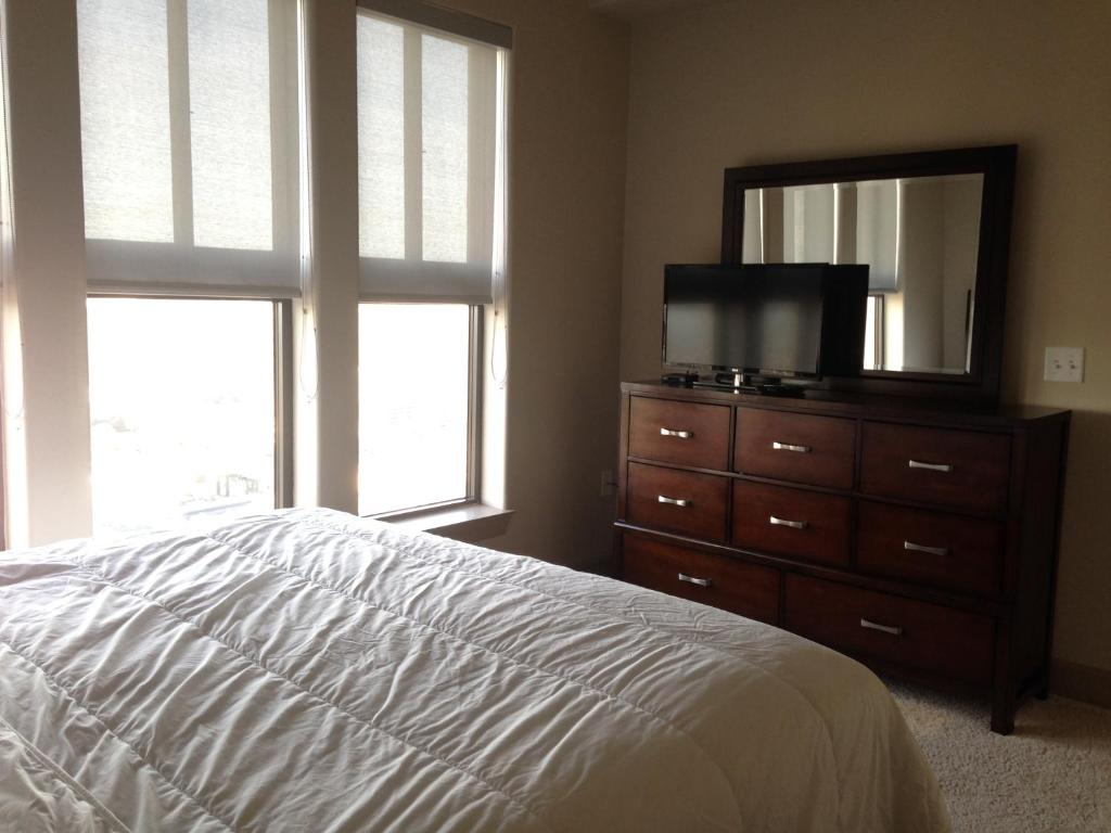 One-Bedroom Apartment - Guestroom Camden Post Oak 2901 Apartment