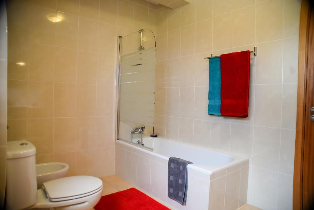 Two-Bedroom Apartment - Bathroom Midway to Geres and Braga