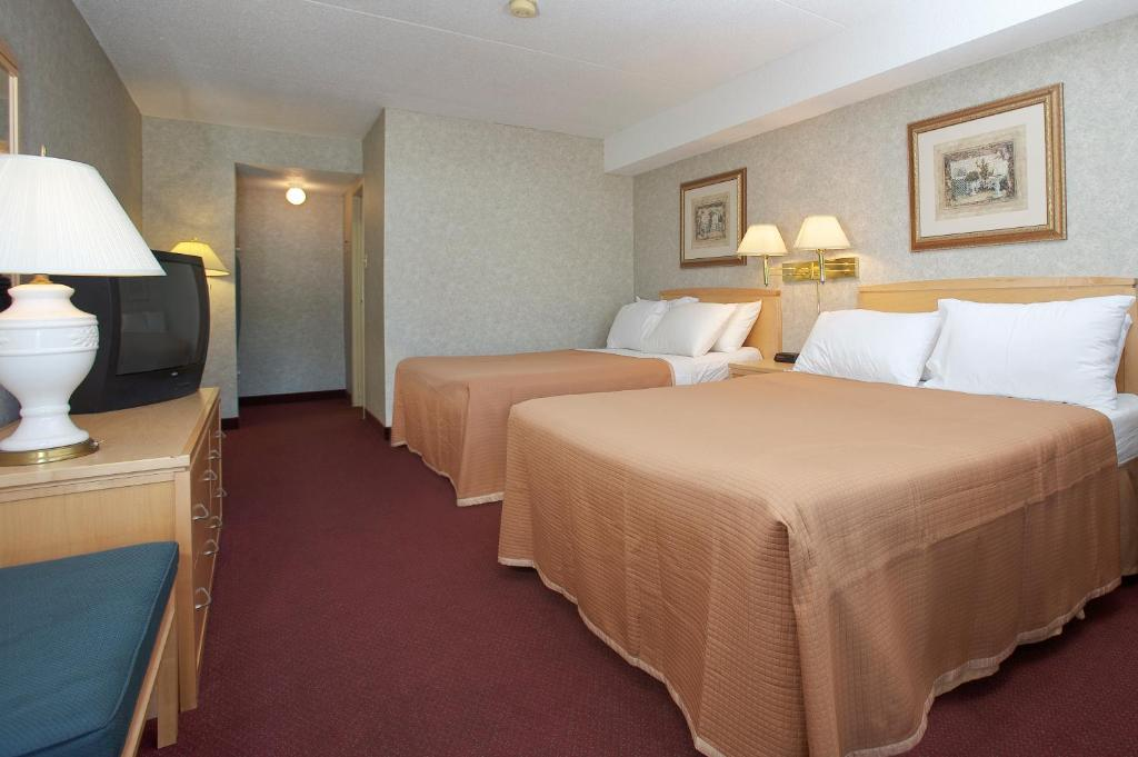 Book Now Howard Johnson Express Inn - Niagara Falls (Niagara Falls, Canada). Rooms Available for all budgets. A heated outdoor pool a location three miles from Niagara Falls complimentary Wi-Fi and breakfast are welcome amenities for our guests at the pet-friendly Howard Johnson Expre