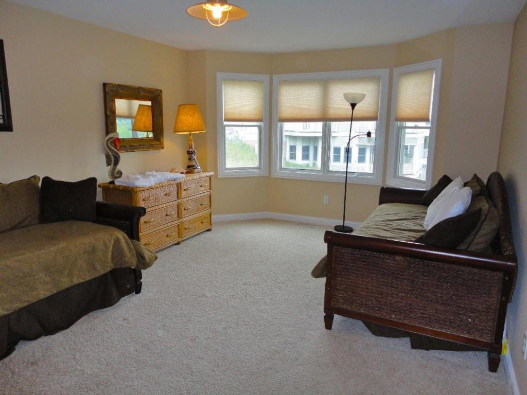 Five-Bedroom House - Guestroom All Decked Out