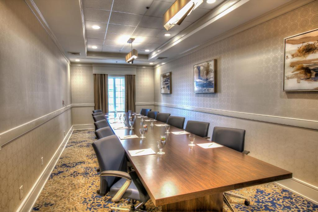 Book Now DoubleTree Suites by Hilton Atlanta-Galleria (Atlanta, United States). Rooms Available for all budgets. Offering well-equipped rooms a seasonal outdoor pool and free parking DoubleTree Suites by Hilton Atlanta-Galleria coddles business and leisure travelers with plenty of amenit
