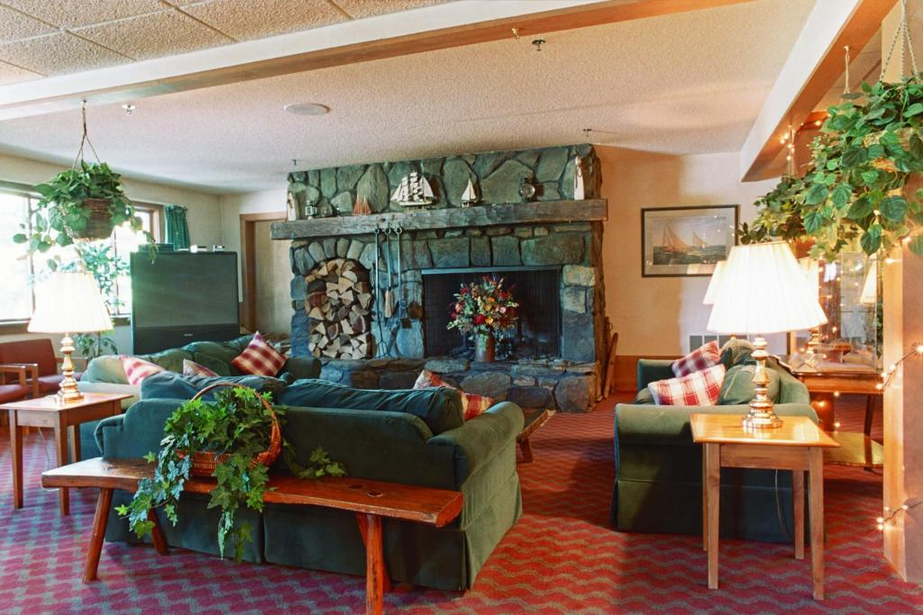 Book Now Commodores Inn (Stowe, United States). Rooms Available for all budgets. This Stowe Vermont inn is located on 30-acres of private land. The inn features indoor and outdoor pools a spacious common room with a fireplace on-site dining and free Wi-Fi.
