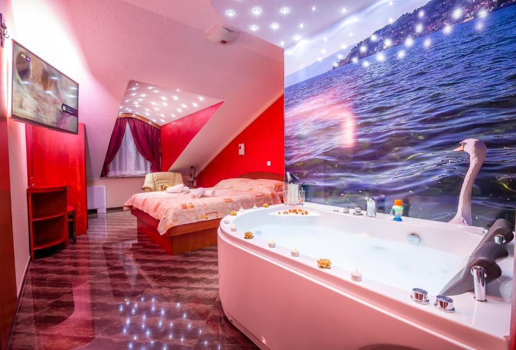 Colorful Inside Jacuzzi Frieze - Luxurious Bathtub Ideas and ...