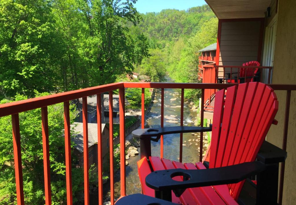 Book Now Baymont Inn & Suites Gatlinburg On The River (Gatlinburg, United States). Rooms Available for all budgets. Creek views and free Wi-Fi add up to a cozy stay at the non-smoking Baymont Inn & Suites Gatlinburg on the River. All 69 rooms on three floors feature microwaves mini-fridges