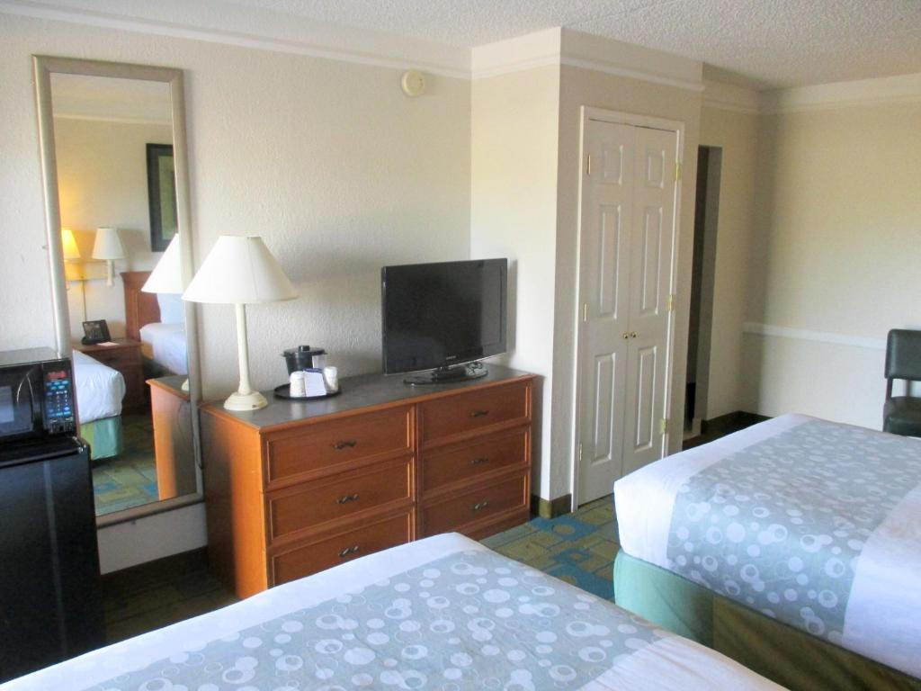 Book Now Motel 6 Nacogdoches (Nacogdoches, United States). Rooms Available for all budgets. Ten minutes' drive from Stephen F Austin State University this pet-friendly hotel offers an outdoor pool. Rooms feature free Wi-Fi and guests are welcomed with a 24-hour recep