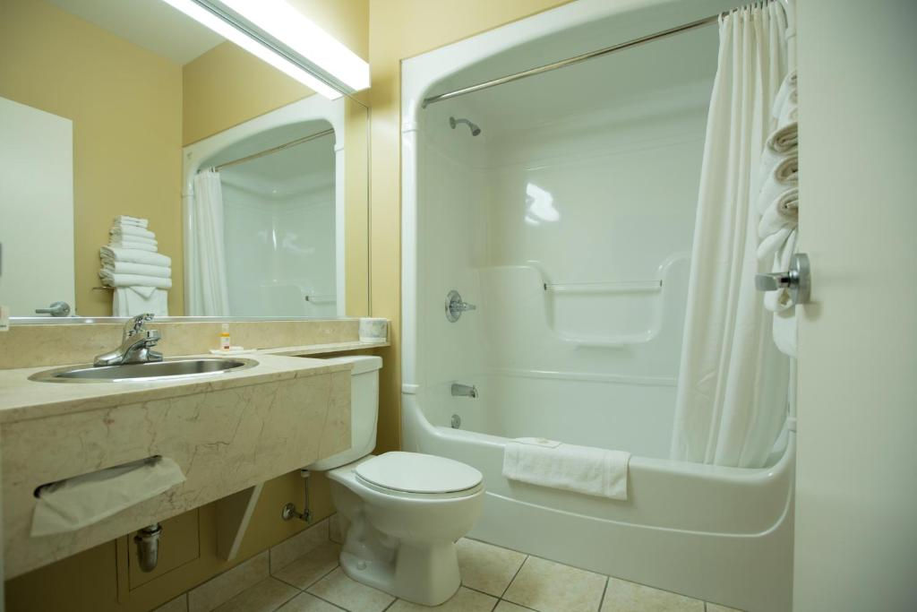 Book Now Chateau Repotel Henri IV (Quebec City, Canada). Rooms Available for all budgets. Only 15 km from Old Quebec City Chateau Repotel Henri IV provides free WiFi. A flat-screen TV is featured in all guest rooms. Jean Lesage International Airport is 5 km away.Gu