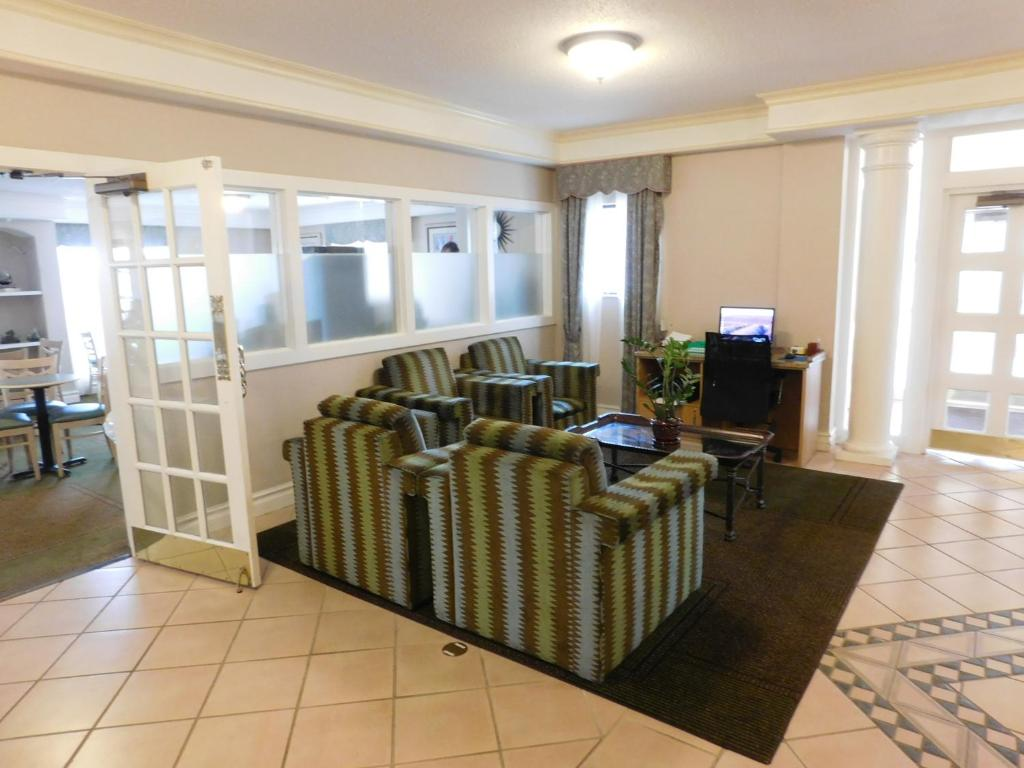 Book Now Days Inn & Suites Arlington Heights (Arlington Heights, United States). Rooms Available for all budgets. Free Wi-Fi and a hot breakfast buffet near Chicago are what our guests like best about the non-smoking Days Inn & Suites Arlington Heights. The four-story Days Inn & Suites Ar