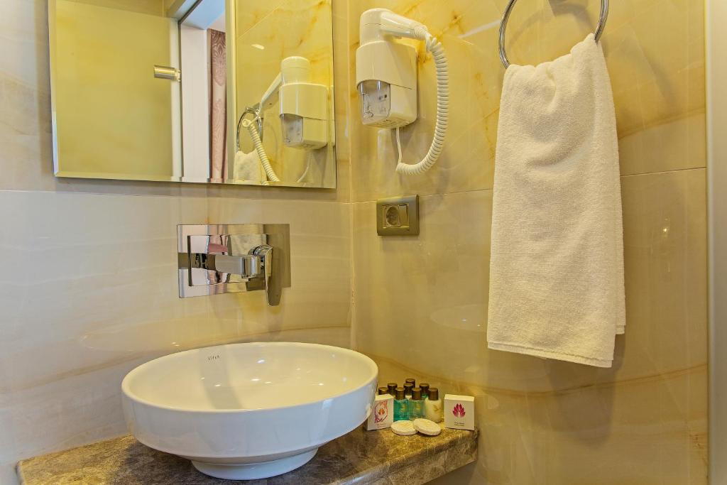 Double Room with Balcony - Bathroom Grand Naki Hotel