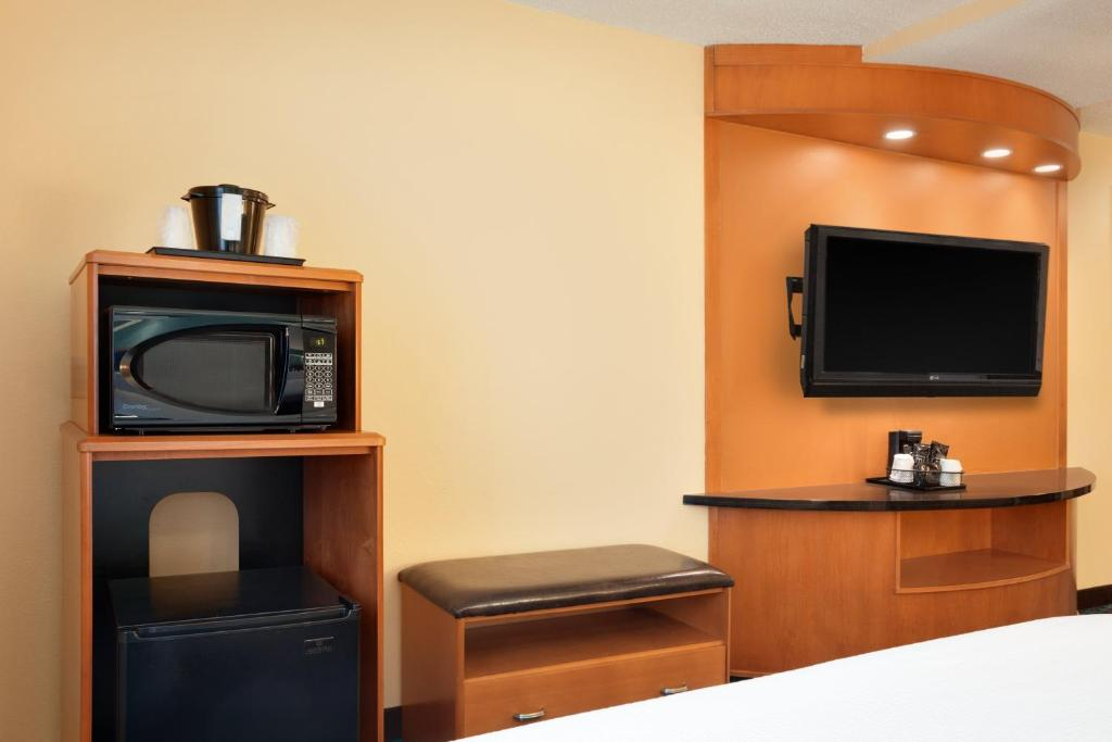Book Now Fairfield Inn & Suites Dallas Plano (Plano, United States). Rooms Available for all budgets. With free breakfast and parking a pool a hot tub and comfy beds the non-smoking Fairfield Inn & Suites Dallas Plano offers our guests popular amenities near popular attraction