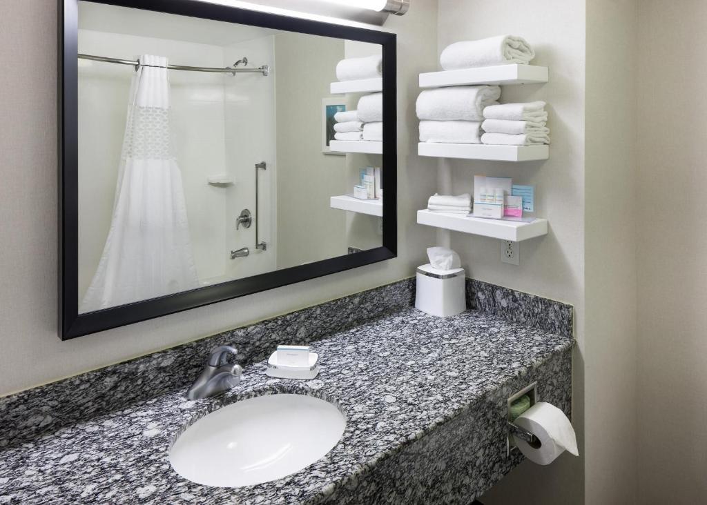 hotel hampton inn san diego downtown in san diego. Black Bedroom Furniture Sets. Home Design Ideas