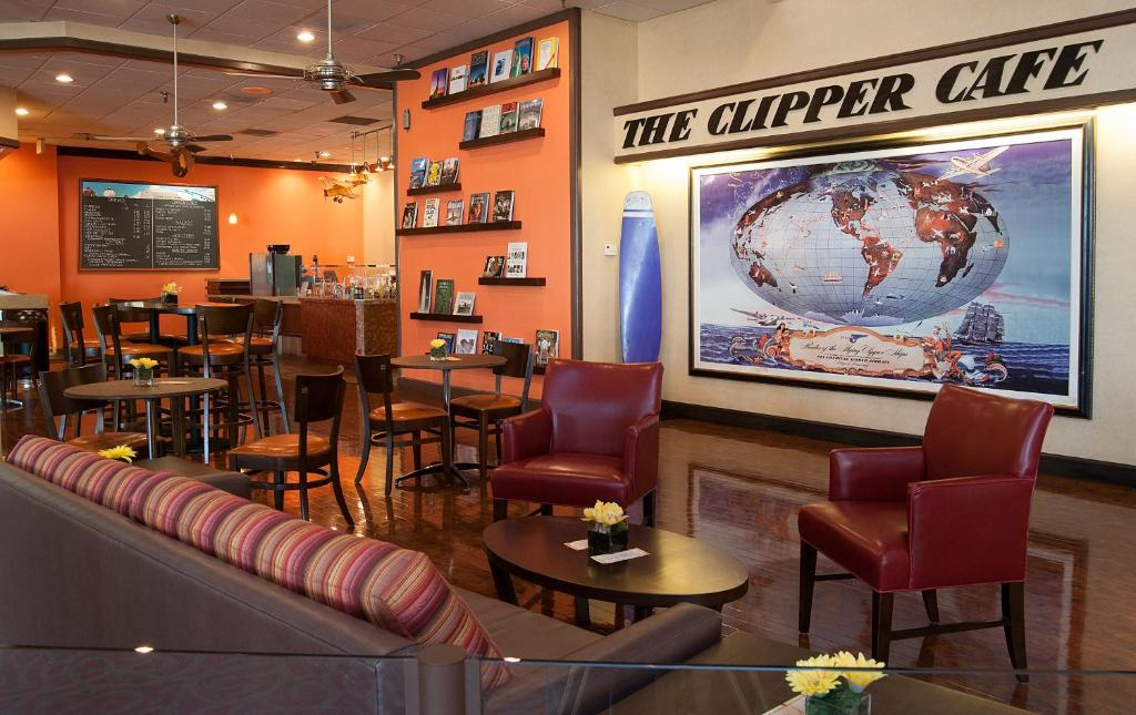 Book Now Airtel Plaza Hotel (Van Nuys, United States). Rooms Available for all budgets. Large rooms a fun aviation theme and popular amenities that include free Wi-Fi and an outdoor pool make the Airtel Plaza Hotel a whimsical and value-added choice. The five-sto
