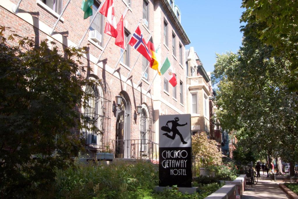 Book Now Chicago Getaway Hostel (Chicago, United States). Rooms Available for all budgets. This Chicago hostel is located in Lincoln Park and is a few blocks from the Fullerton subway station. Free Wi-Fi is available throughout this hostel.Guest rooms at the Chicago