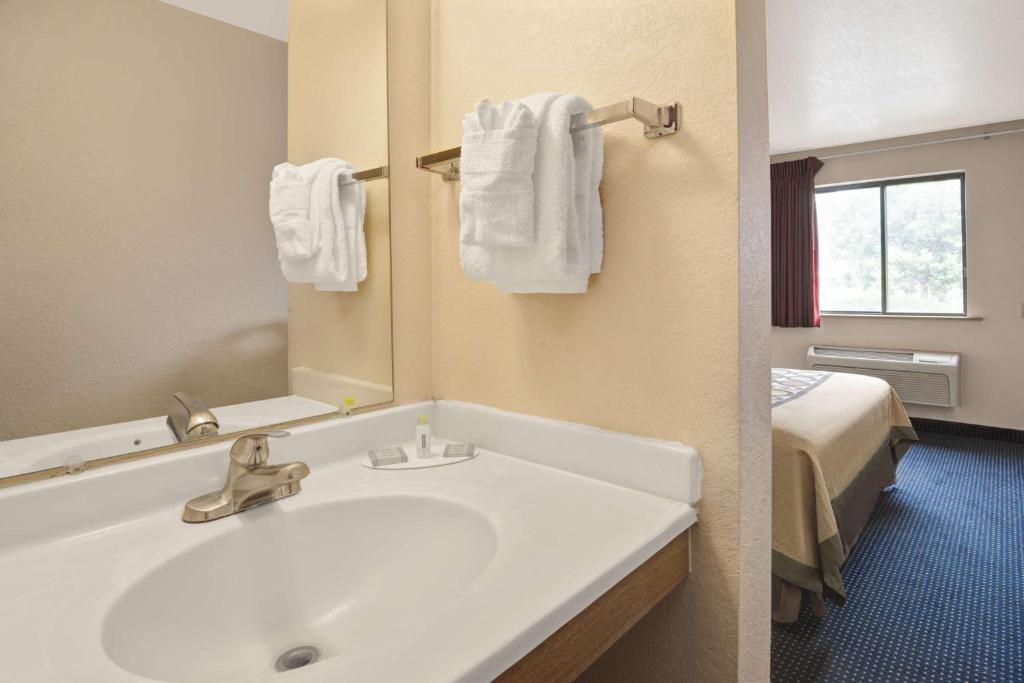 Book Now Super 8 Motel - Albuquerque/West (Albuquerque, United States). Rooms Available for all budgets. Complimentary breakfast and a location off I-40 make the Super 8 Motel - Albuquerque/West a great value for our guests on a budget. Each of the 97 rooms in the three-story Sup