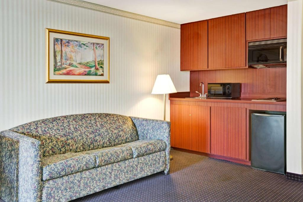 Book Now Days Inn San Francisco at the Beach (San Francisco, United States). Rooms Available for all budgets. Located 2 minutes' walk from the Great Highway and the Pacific Ocean this hotel offers rooms with free WiFi and free guest parking. The San Francisco Zoo is just 2 minut