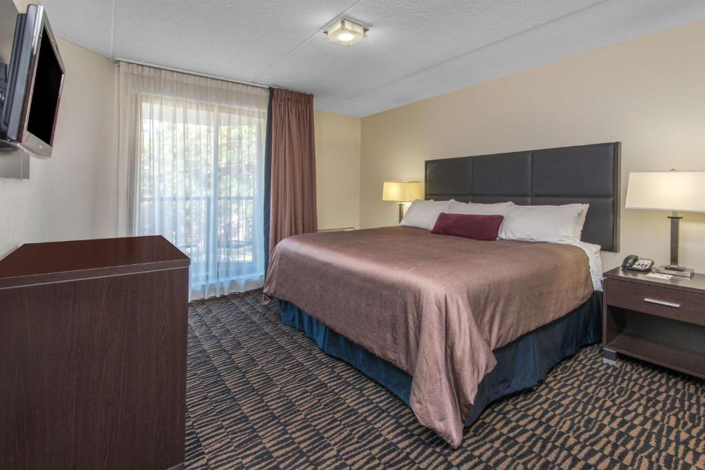 Book Now Ramada Plaza Niagara Falls (Niagara Falls, Canada). Rooms Available for all budgets. Two pools and free Wi-Fi next to the shopping outlets make the Ramada Plaza Niagara Falls a smart pick for our guests on vacation. Each of the 202 rooms at this six-story non-