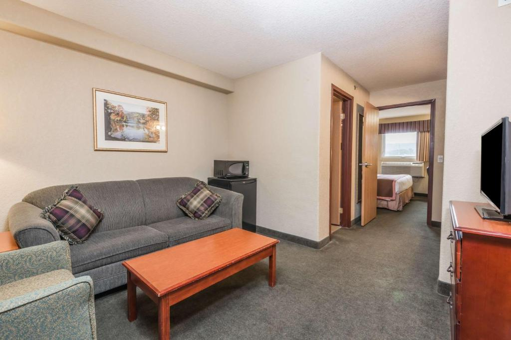Book Now Super 8 Motel Grimsby On (Grimsby, Canada). Rooms Available for all budgets. Free internet access an indoor pool and a complimentary breakfast in a great location near Niagara Falls make the non-smoking Super 8 Motel Grimsby Ontario a solid choice. Thi