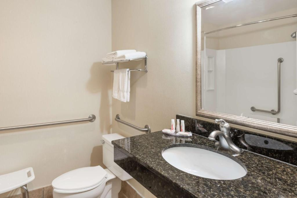 Book Now Baymont Inn And Suites Indianapolis South (Indianapolis, United States). Rooms Available for all budgets. A convenient location on-site fitness and business centers bring our guests to the Baymont Inn And Suites Indianapolis South. The Baymont Inn And Suites has 99 rooms in a low-