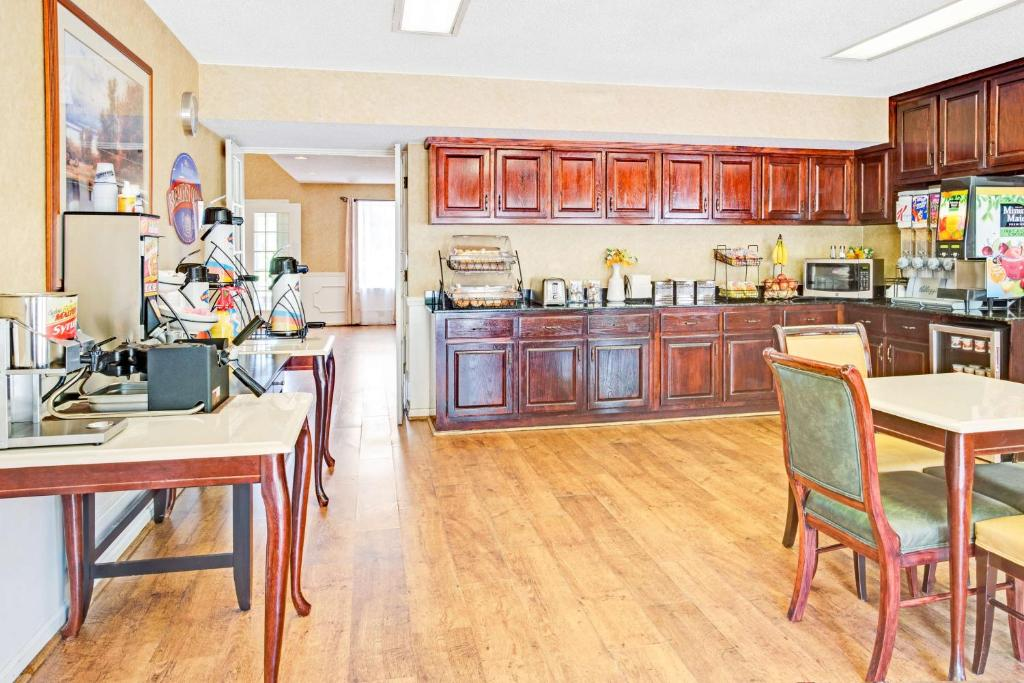 Book Now Baymont Inn And Suites - Kingsland (Kingsland, United States). Rooms Available for all budgets. Free breakfast and complimentary Wi-Fi are welcome amenities for our guests at the Baymont Inn and Suites - Kingsland. This two-story hotel has 40 rooms accessed by exterior c