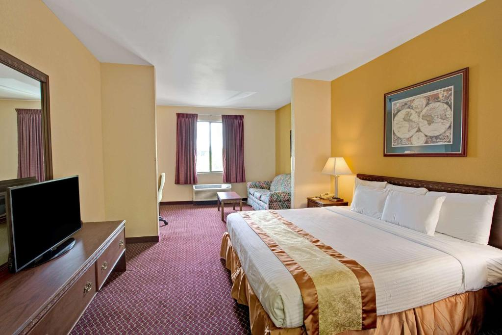 Book Now Days Inn & Suites - Hickory (Hickory, United States). Rooms Available for all budgets. An outdoor pool great for hot summer evenings and free Wi-Fi makes for a convenient stay at the Days Inn & Suites - Hickory. This three-story hotel offers 100 rooms with free