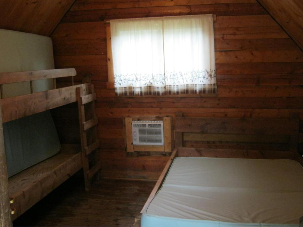 One-Bedroom Cabin - Guestroom