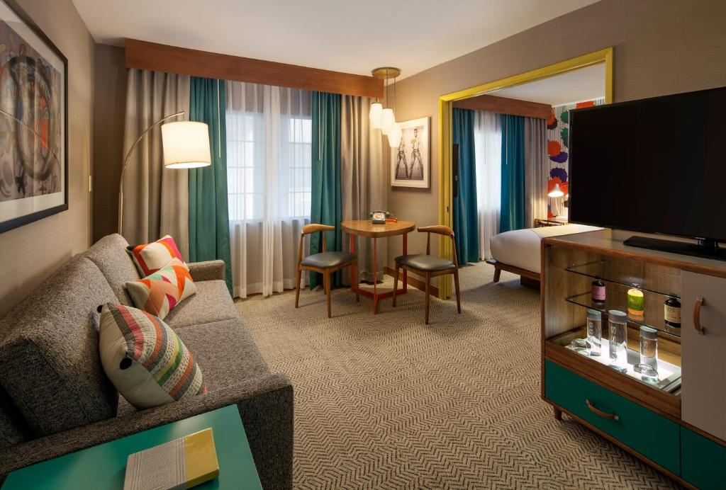 Book Now THE KINNEY (Marina del Rey, United States). Rooms Available for all budgets. Located one mile from Venice Beach the Kinney impresses our guests with its heated outdoor pool complimentary breakfast and comfy accommodations with free Wi-Fi. This 68-room