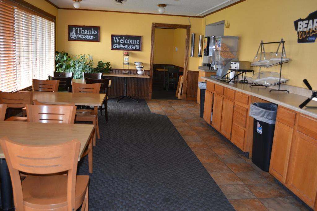 Book Now Travelodge Grand Forks (Grand Forks, United States). Rooms Available for all budgets. With free Wi-Fi parking and continental breakfast an indoor pool hot tub and a close-to-downtown location the Travelodge Grand Forks has the right combination of amenities to