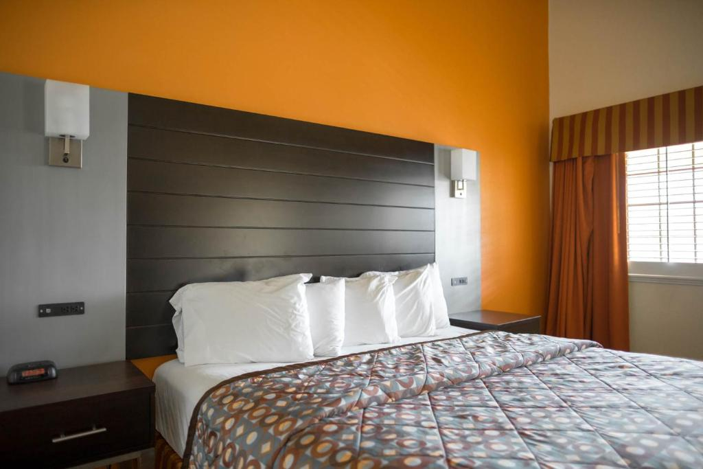 Book Now Hotel Solares (Santa Cruz, United States). Rooms Available for all budgets. The Santa Cruz Beach Boardwalk is 10 minutes' walk from Hotel Solares. An outdoor pool is located on-site along with rooms that provide free WiFi and cable TV.Guest rooms at t