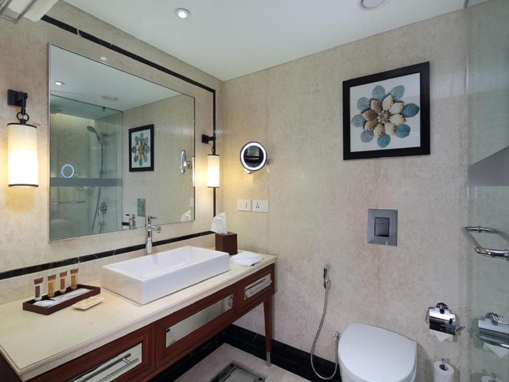 Bathroom Sheraton Grand Pune Bund Garden Hotel