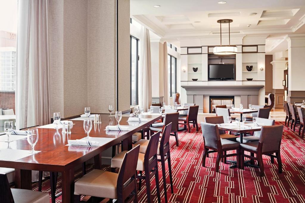 Book Now Hilton Richmond Downtown (Richmond, United States). Rooms Available for all budgets. Our guests who crave a midnight snack or a workout at dawn find their needs met at the bustling and top-rated Hilton Garden Inn Richmond Downtown where the facilities that are