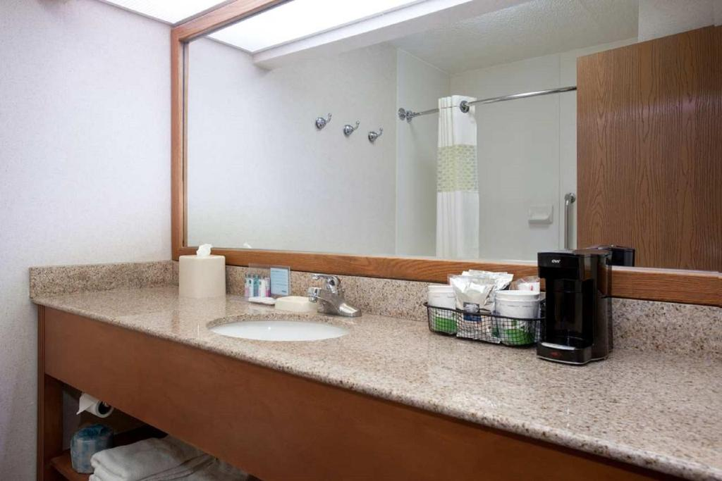 Book Now Hampton Inn Denver-North/Thornton (Thornton, United States). Rooms Available for all budgets. Just off I-25 the Hampton Inn Denver-North offers free high-speed internet access a complimentary hot breakfast and an indoor pool. The four-story Hampton Inn has 78 rooms and