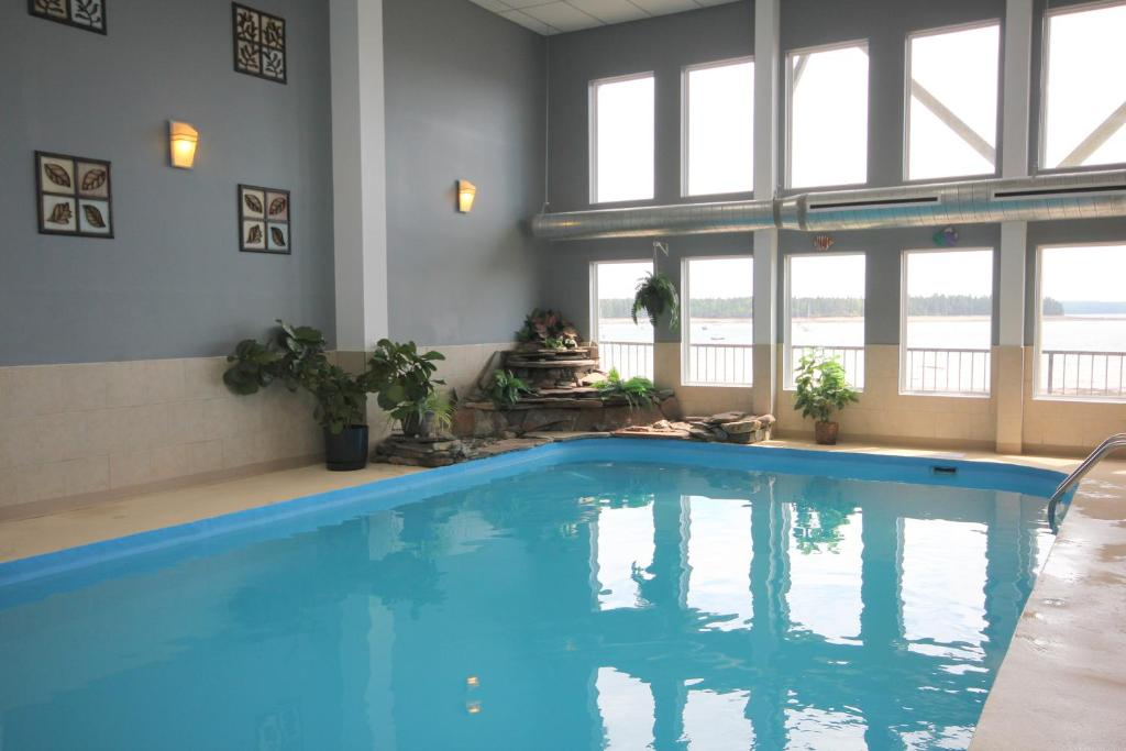 Book Now St Andrews Inn & Suites (Saint Andrews, Canada). Rooms Available for all budgets. This Saint Andrews hotel features an indoor heated pool and is 900 meters from Kingsbrae Garden. Free WiFi and cable TV is available in the rooms at this seaside hotel.Laundry