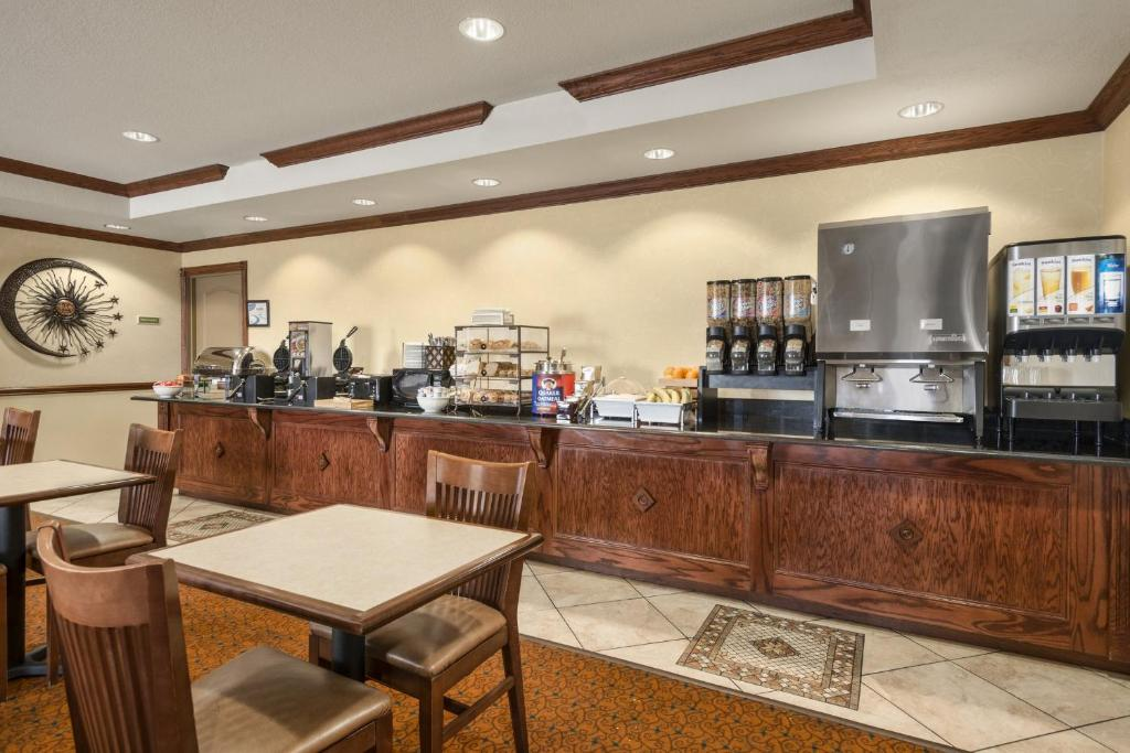 Book Now Country Inn & Suites By Carlson Tampa East Fl (Seffner, United States). Rooms Available for all budgets. With free breakfast complimentary Wi-Fi an outdoor pool and an ideal location the non-smoking Country Inn & Suites By Carlson Tampa East Fl puts our guests in the heart of loc