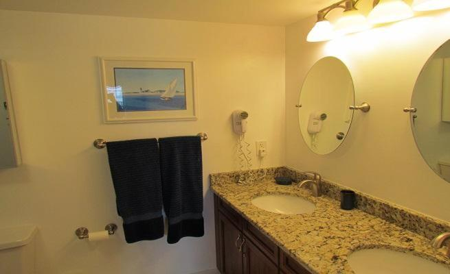 Two-Bedroom Apartment - Bathroom Queensway Condo 9840 1720