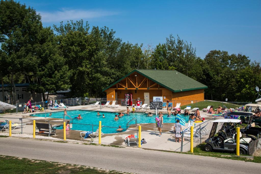 Piscina Plymouth Rock Camping Resort Deluxe Cabin 13