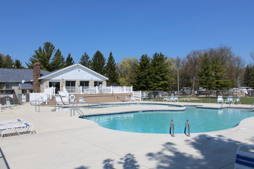 Piscina Plymouth Rock Camping Resort Deluxe Cabin 14
