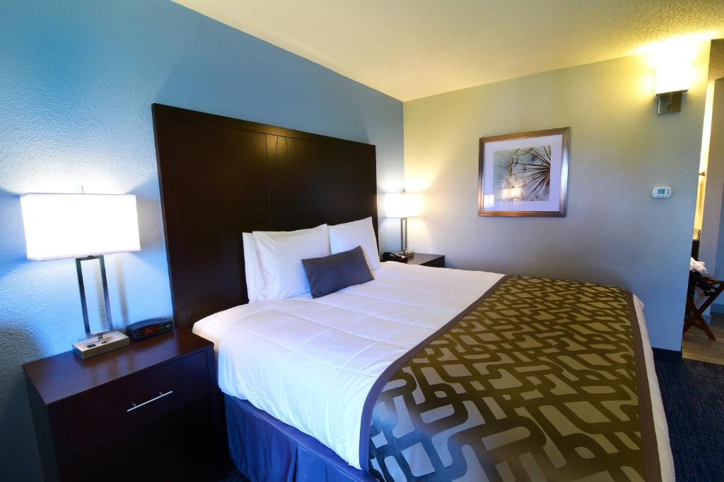 Book Now Best Western Flint Airport Inn & Suites (Flint, United States). Rooms Available for all budgets. Rock-bottom rates score you a free Wi-Fi and parking plus a heated indoor pool at the Best Western Flint Airport Inn the savvy traveler's choice. All 68 rooms on three floors