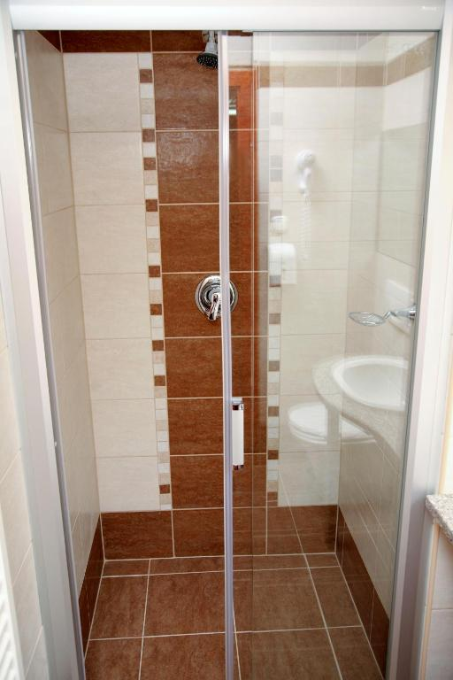 Standard Double or Twin Room - Bathroom