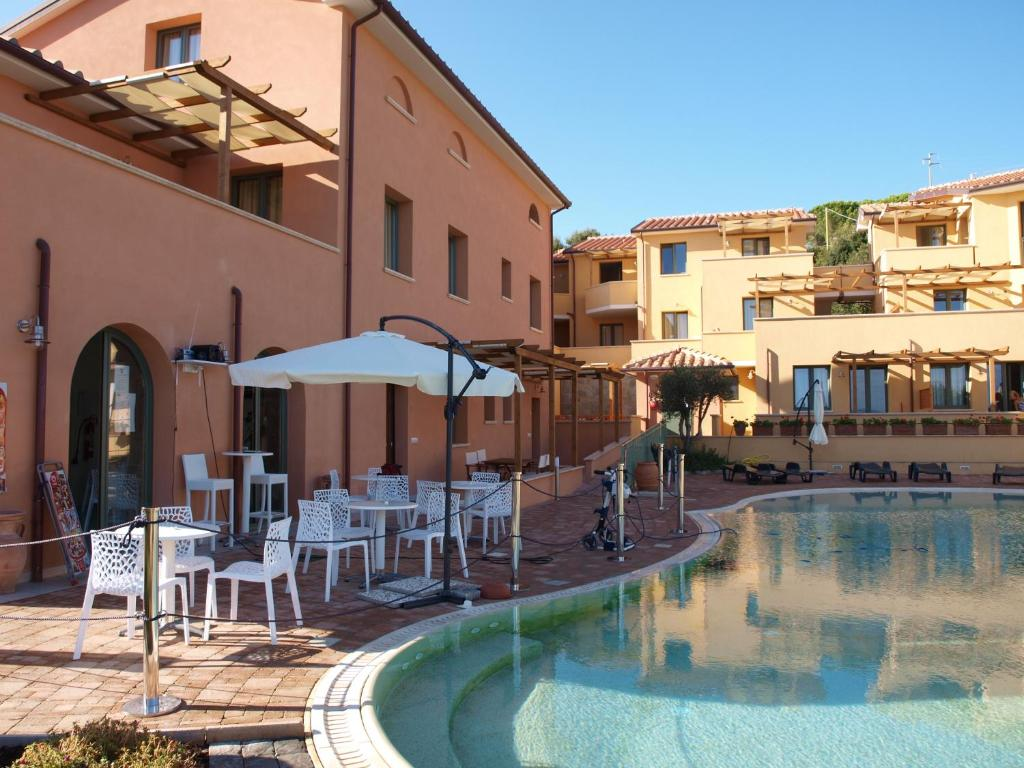 Book Now Residence La Pergola (Cavo, Italy). Rooms Available for all budgets. Featuring a pool and garden Residence La Pergola is located just a 10-minute walk from the town of Cavo and its beautiful beaches. Free WiFi is available throughout.All studio