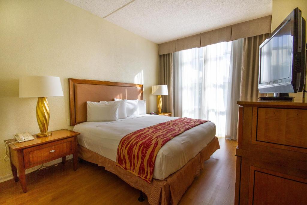 Book Now Rodeway Inn South Miami - Coral Gables (Miami, United States). Rooms Available for all budgets. Free airport shuttle service and a central location at attractive rates are part of the package at the Best Miami Hotel. The four-floor hotel has 117 rooms all with Internet a