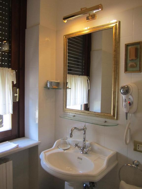 Book Now Hotel Villa Castellani (Mogliano, Italy). Rooms Available for all budgets. Hotel Villa Castellani lies at the foot of a hill scattered with olive trees classical frame of the Macerata area at the edge of the natural reserve Giustiniani-Bandini.The ho