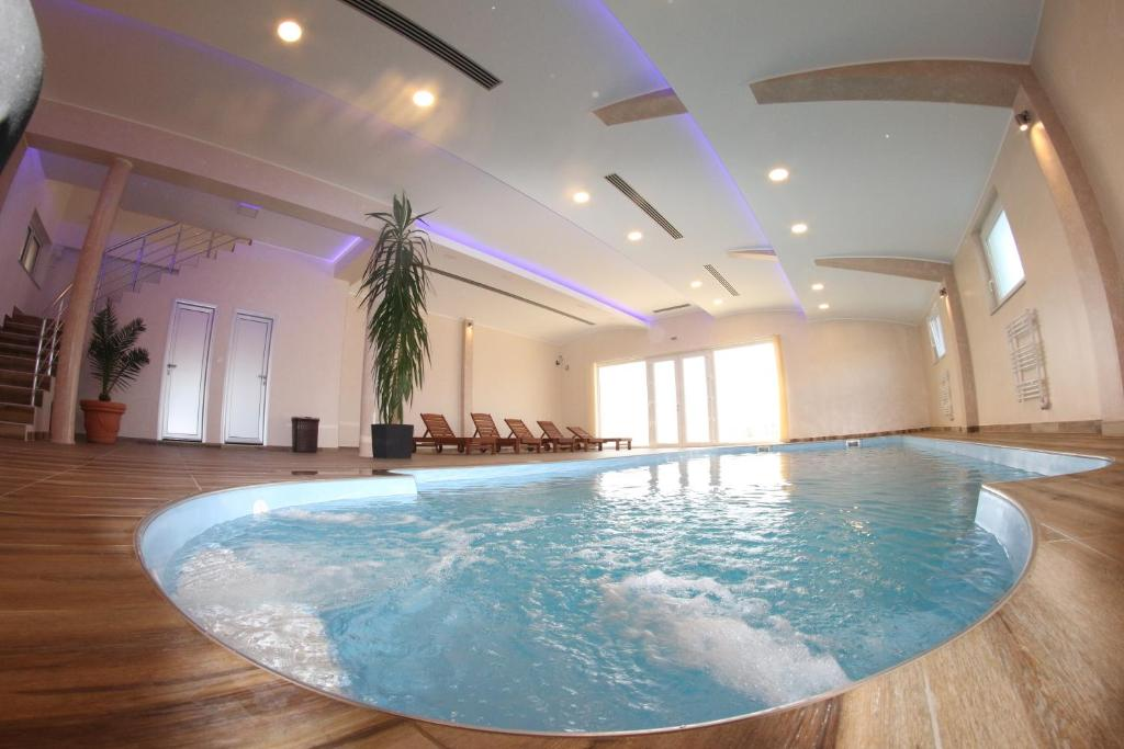 Swimming pool Hotel Lux