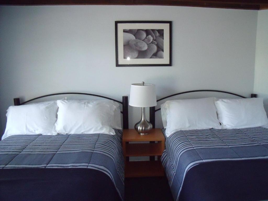 Book Now The Blue Inn at North Fork (East Marion, United States). Rooms Available for all budgets. This accommodation offers rooms with a kitchenette. Island End Golf and Country Club is 3 minutes' drive and Kontokosta Winery is 2.6 km away.Uniquely decorated rooms at North