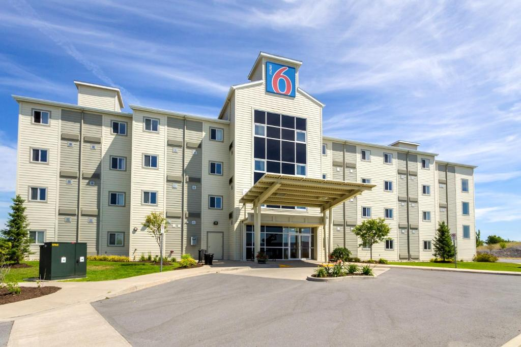 Book Now Motel 6 Kingston Ontario (Kingston, Canada). Rooms Available for all budgets. This Kingston Ontario motel is a 14-minute drive from Queens University and Cataraqui Golf and Country Club. The Motel 6 offers free Wi-Fi throughout the property and rooms wi