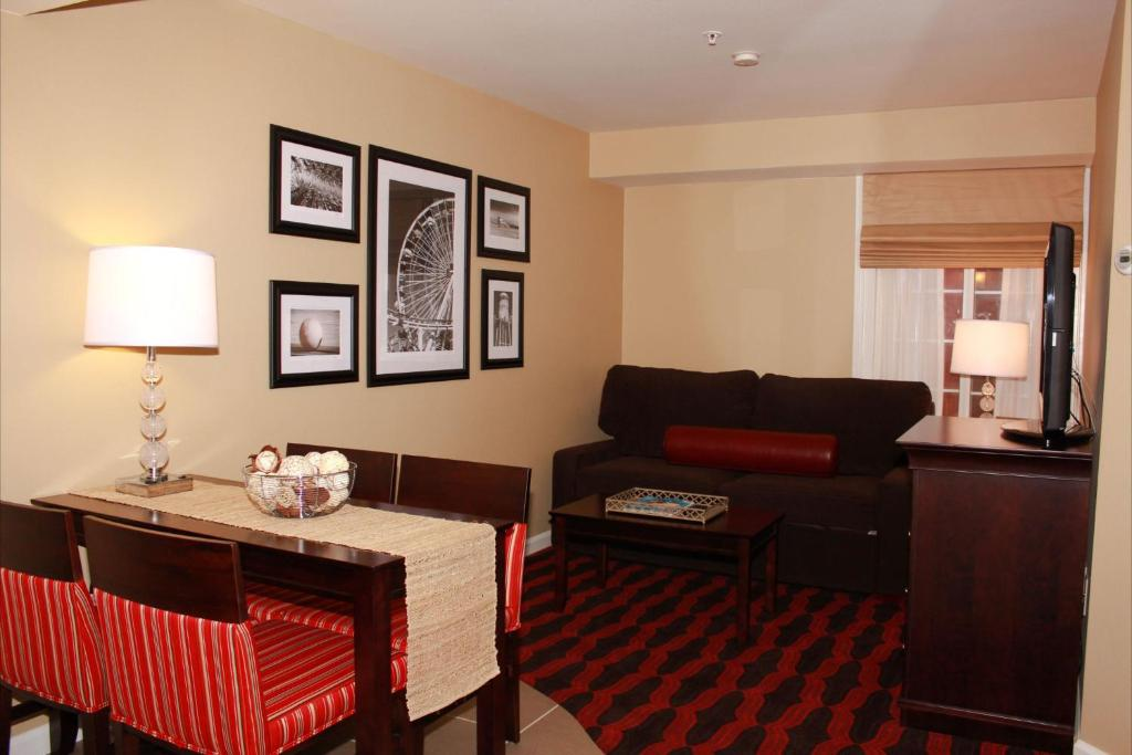Book Now Peacock Suites (Anaheim, United States). Rooms Available for all budgets. The generously sized rooms and great location impress our guests who also appreciate the Peacock Suites' free Wi-Fi and family-friendly atmosphere. This airy four-floor hotel