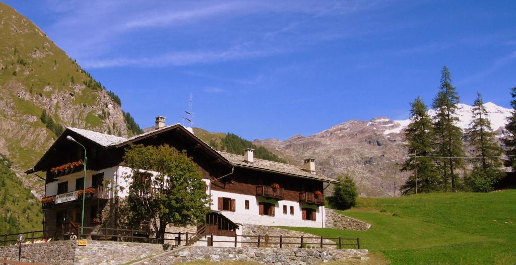 Book Now Hotel Lysjoch (Gressoney la Trinite, Italy). Rooms Available for all budgets. Hotel Lysjoch is located in the centre of the Monterosa Ski area 2 km from the Staffal ski lifts. It offers Gressoney-Valley views ski-to-door access and rooms with LCD TV.Roo