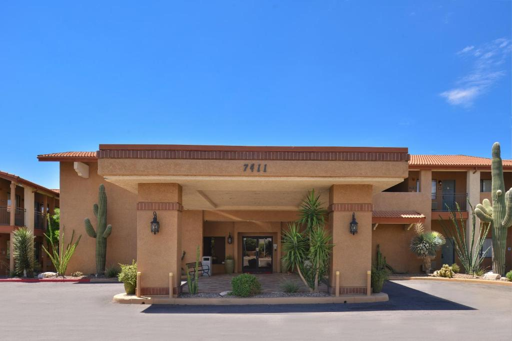 Book Now Red Lion Inn And Suites Tucson North Foothills (Tucson, United States). Rooms Available for all budgets. With free breakfast free in-room Wi-Fi and free parking the Red Lion Inn and Suites Tucson North Foothills is a terrific value say our guests. The hotel has 156 rooms some in