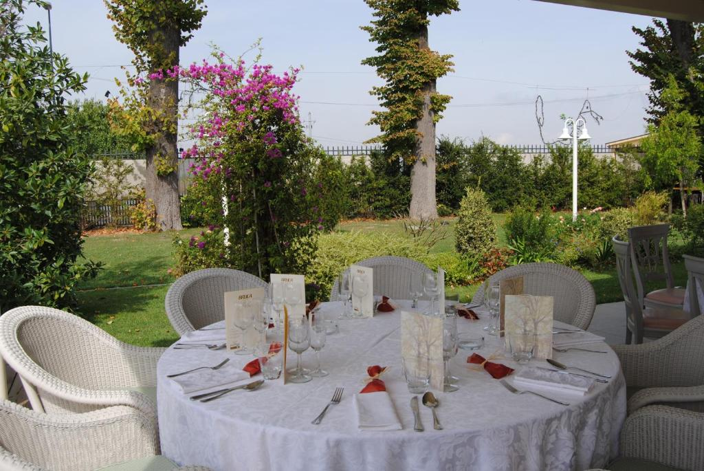 Book Now Relais Villa Roncuzzi (San Pancrazio, Italy). Rooms Available for all budgets. Relais Villa Roncuzzi is a beautiful historic manor dating back to the early 20th century. Set in the countryside between Ravenna and Faenza it provides a peaceful location pe