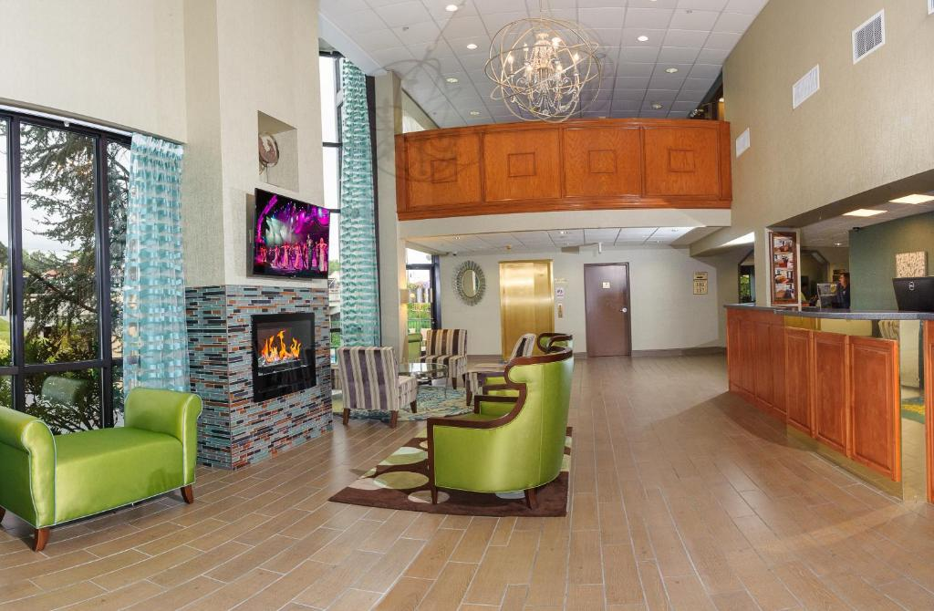 Book Now Pigeon River Inn (Pigeon Forge, United States). Rooms Available for all budgets. This Pigeon Forge Pigeon River Inn is 10 minutes' walk from the Smoky Mountain Opry and 850 m from Tanger Outlet Sevierville. Features included free WiFi an outdoor pool and a