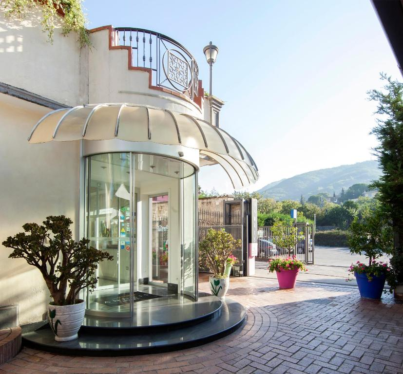 Book Now Andris Hotel (Massa Di Somma, Italy). Rooms Available for all budgets. Andris Hotel is located in the Vesuvio National Park a 5-minute drive from Ercolano's centre and archaeological area. Its rooms feature modern décor and cherry-wood furni
