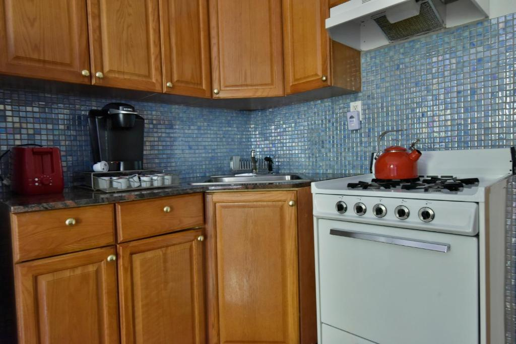Book Now Allie's Inn Bed and Breakfast (New York City, United States). Rooms Available for all budgets. This Harlem bed and breakfast is steps from Saint Nicholas Park and features units with a fully equipped kitchen. The 135th Street BC underground station is a short walk away.